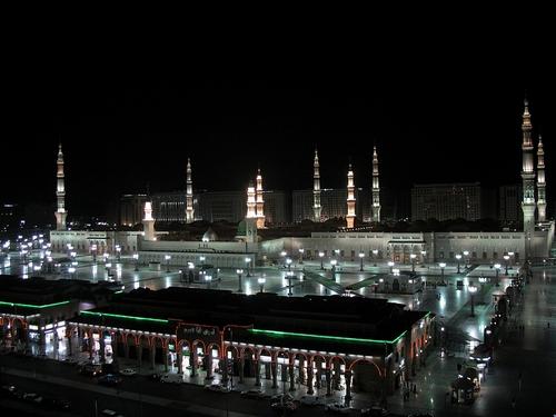 Masjid nabawi di malam hari, prophet mosque, madinah al munawwarah, masjid di saudi